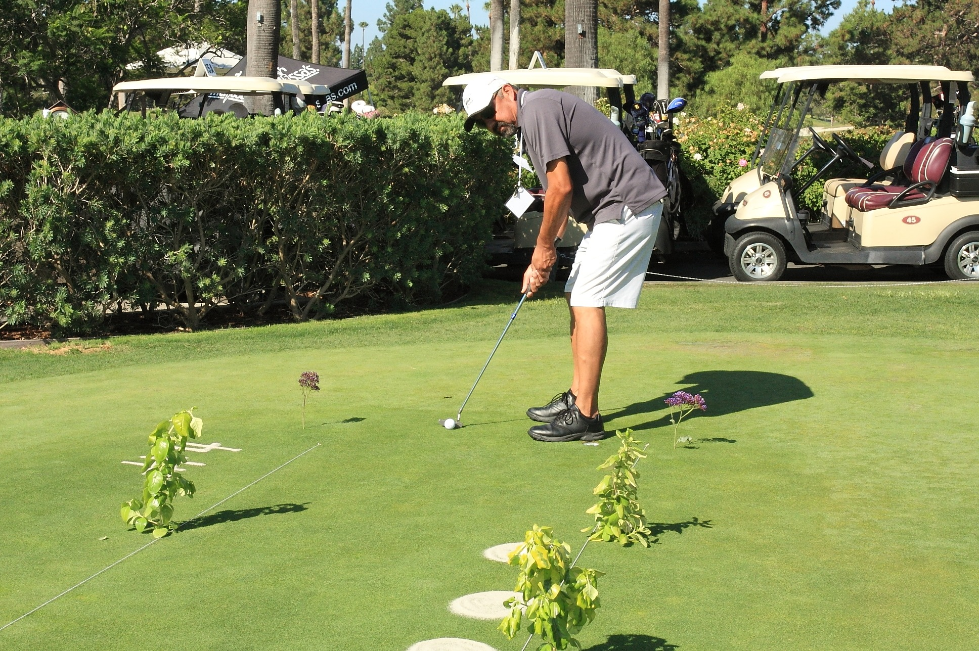Jeff Roa from Albertsons/Safeway/Vons taking his shot at winning the pre-tournament putting contest.